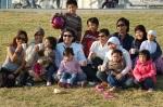 Piknik di taman dengan teman-teman